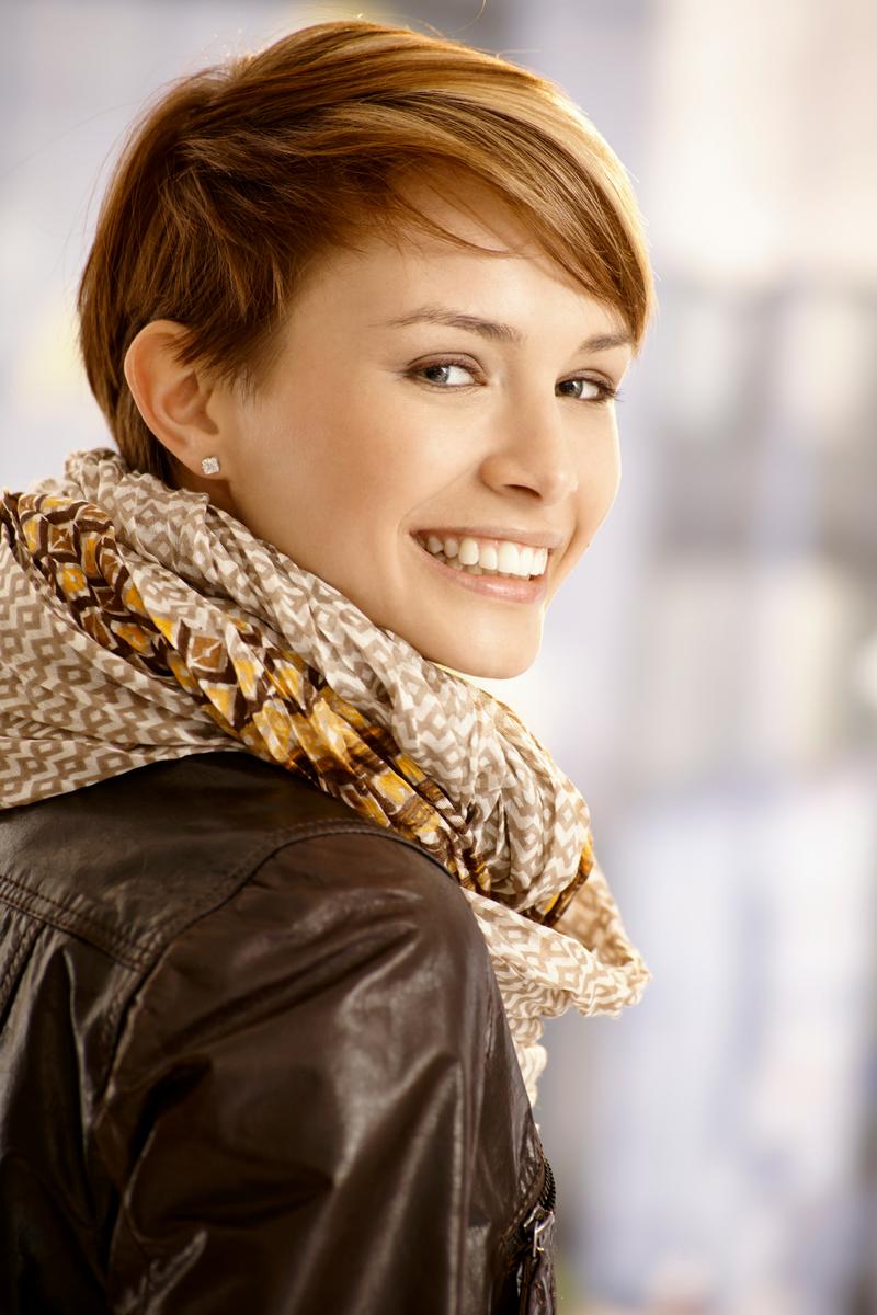 eine junge Frau die einen auxmoney Kredit beantragt