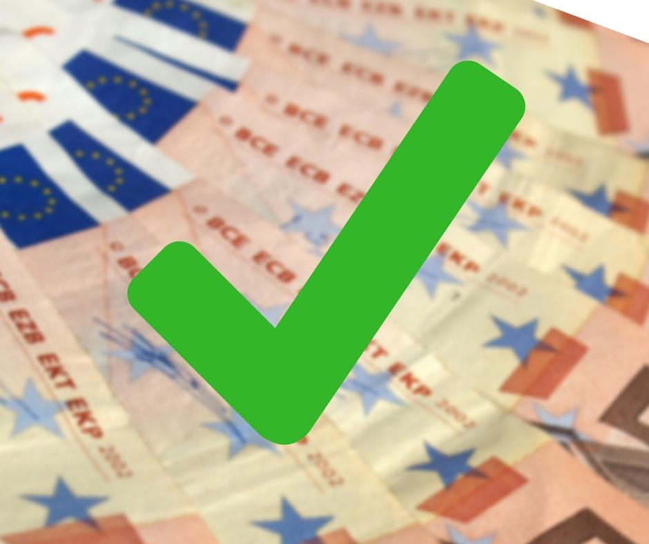 Geldscheine und grüner Haken