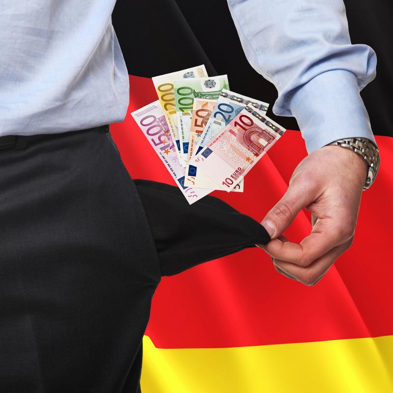 auxmoney kunde mit geld vor deutschland flagge